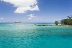 Изображение whithe и красного корабля около острова Стоковое Фото