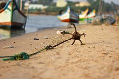 Изображения анкера корабля, изображение конца поднимающее вверх анкера корабля на пляже Стоковые Фото