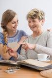 Изображения бабушки и внучки наблюдая Стоковые Изображения RF