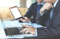Изображения бизнесмена имея встречу в офисе используя цифровой t Стоковая Фотография
