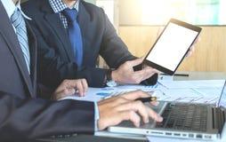 Изображения бизнесмена имея встречу в офисе используя цифровой t Стоковые Изображения