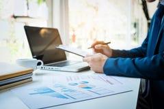 Изображения бизнесмена работая на офисе с компьтер-книжкой и documen Стоковые Фото