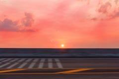 Изображения были захвачены с скоростью Солнце устанавливает на дорогу солнце было около опустить улицу Расплывчатый и абстрактный Стоковая Фотография RF