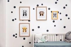 Изображения животных на стене в комнате Стоковые Изображения RF