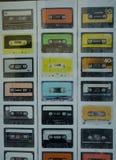 Изображения кассет на плакате в окне магазина стоковые фото