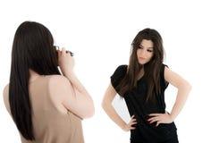 2 изображения красивых женщины наблюдая на камере Стоковые Фотографии RF