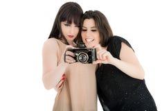 2 изображения красивых женщины наблюдая на камере Стоковое Изображение