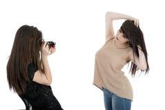 2 изображения красивых молодой женщины наблюдая на камере Стоковая Фотография