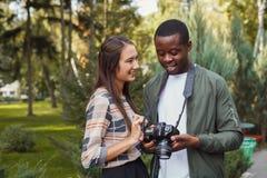 Изображения многонациональных пар наблюдая на камере Стоковые Фотографии RF