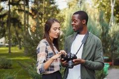 Изображения многонациональных пар наблюдая на камере Стоковое фото RF