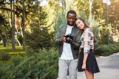 Изображения многонациональных пар наблюдая на камере Стоковые Изображения