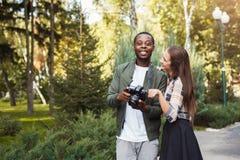 Изображения многонациональных пар наблюдая на камере Стоковые Изображения RF