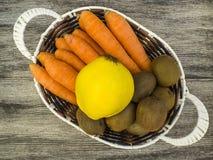 Изображения моркови и кивиа, киви моркови и изображения в корзине плодоовощ, сезон айвы зимы приносить, Стоковые Фото