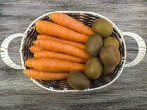 Изображения моркови и кивиа, киви моркови и изображения в корзине плодоовощ, сезон айвы зимы приносить, Стоковые Изображения RF