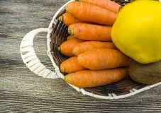 Изображения моркови и кивиа, киви моркови и изображения в корзине плодоовощ, сезон айвы зимы приносить, Стоковая Фотография RF