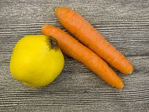 Изображения моркови и кивиа, киви моркови и изображения в корзине плодоовощ, сезон айвы зимы приносить, Стоковое Изображение