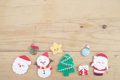 изображения находки печенья рождества смотрят больше моего портфолио такая же серия к Рука держа праздничное печенье пряника Сант стоковые изображения