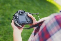 Изображения непознаваемой женщины наблюдая outdoors Стоковая Фотография
