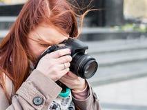 Изображения привлекательной молодой женщины говоря outdoors Солнечное после полудня весны стоковое изображение