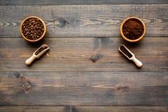 изображения принципиальной схемы собраний кофе Фасоли и заземленный кофе в шарах на темном деревянном copyspace взгляд сверху пре Стоковое Изображение