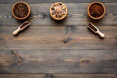 изображения принципиальной схемы собраний кофе Фасоли и заземленный кофе в шарах на темном деревянном copyspace взгляд сверху пре Стоковое фото RF