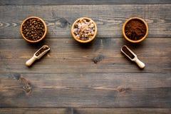 изображения принципиальной схемы собраний кофе Фасоли и заземленный кофе в шарах на темном деревянном copyspace взгляд сверху пре Стоковые Изображения RF