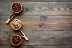изображения принципиальной схемы собраний кофе Фасоли и заземленный кофе в шарах на темном деревянном copyspace взгляд сверху пре Стоковая Фотография