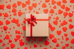 изображения сердец сердца предпосылки тусклые красный цвет поднял Абстрактные бумажные сердца и подарочная коробка с красной лент Стоковая Фотография RF