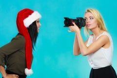Изображения стрельбы девушки фотографа Стоковое Изображение