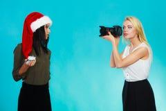 Изображения стрельбы девушки фотографа Стоковая Фотография RF