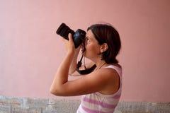 Изображения стрельбы девушки фотографа Стоковое фото RF