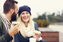 Изобразите показывать счастливое молодое датировка пар в городе стоковая фотография
