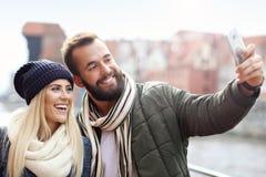 Изобразите показывать счастливое молодое датировка пар в городе стоковые изображения rf
