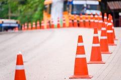 Изогните линию оранжевого конуса движения на дороге на PA Hin Ngam Стоковое Изображение