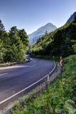 Изогнутая дорога водя к горам Стоковое Изображение