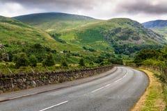 Изогнутая дорога в сельской местности Welsh Стоковая Фотография