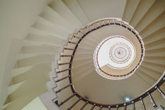 Изогнутая лестница которое осматривает снизу в Kolkata, Индии Стоковые Фотографии RF