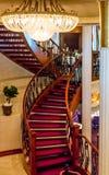Изогнутая лестница под люстрой Стоковые Фотографии RF