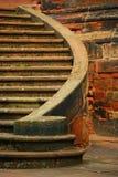 Изогнутая лестница сделанная красных камней стоковая фотография rf
