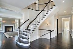изогнутая лестница фойе стоковое фото