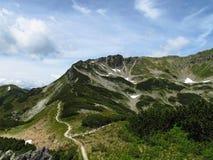 Изогнутая линия горы, небо строк облака, сизоватый помох стоковая фотография rf