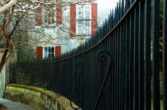 Изогнутая спиковая железная загородка Стоковые Фотографии RF