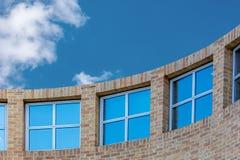 Изогнутая стена с окнами Стоковое Изображение RF