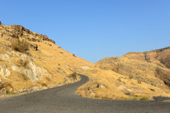 Изогнутая черная дорога в желтых холмах Стоковая Фотография RF