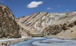 Изогнутое река и меньший стальной мост в горах стоковое изображение rf