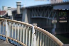 изогнуто прокладывающ рельсы сталь стоковые фотографии rf