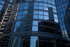 Изогнутые стеклянные отражения небоскреба Стоковое Изображение RF
