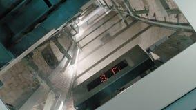 Изогнутый вал лифта Дисплей нисходящего лифта со стеклянной прозрачн сток-видео