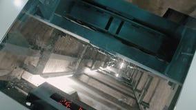 Изогнутый вал лифта Ухудшающийся лифт с прозрачной стеклянной верхне сток-видео