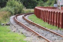 Изогнутый железнодорожный путь узкой колеи Стоковое Изображение RF